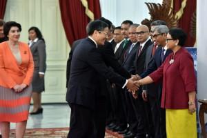 Menlu Retno Marsudi didampingi jajarannya menerima jabat tangan delapan duta besar baru negara sahabat, di Istana Merdeka, Jakarta, Senin (13/8) pagi. (Foto: JAY/Humas)