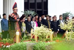 Seskab memimpin upacara peringatan HUT ke-73 RI di Halaman Kemensetneg, Jakarta, Jumat (17/8). (Foto: Humas/Rahmat).