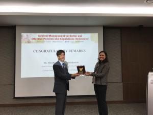 Kabag Pengembangan Kapasitas Pegawai Setkab, Elizabeth, bersama Prof. Wonhyuk Lim, Associate Dean Of KDI School of Public Policy and Management di Sejong, Korea Selatan, Selasa (7/8). (Foto: SDMOT)