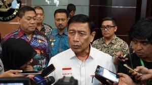 Menko Polhukam Wiranto menjawab wartawan di kantor Kemenko Polhukam, Jakarta, Senin (27/8). (Foto: Humas Kemenko Polhukam)
