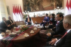 President Jokowi, accompanied by several Cabinet Ministers, receives former Deputy Prime Minister of Malaysia Anwar Ibrahim at the Bogor Palace, Thursday (30/8). (Photo by: Antara).