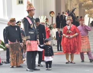 Presiden Jokowi menggandeng cucu saat menghadiri peringatan HUT ke-73 Republik Indonesia, di halaman Istana Merdeka, Jakarta, Jumat (17/8). (Foto: Humas/Deni).