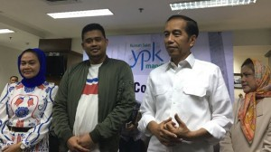 President Jokowi accompanied by First Lady Ibu Iriana and Bobby (Kahiyang's husband) delivers press statement at YPK Mandiri Hospital, Menteng, Jakarta, Wednesday (1/8) morning (Picture: IST)