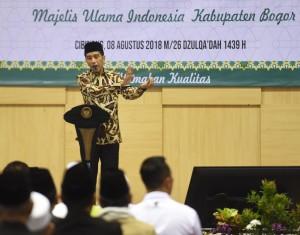 Presiden Jokowi memberikan sambutan pada acara Pembukaan Pendidikan Kader Ulama (PKU) XII, di Bogor, Jawa Barat, Rabu (8/8). (Foto: Humas/Anggun)