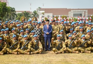 President Jokowi, accompanied by Commander of the Indonesian National Defense Forces (TNI) and Minister of Foreign Affairs, takes photo with Garuda Contingent at the Indonesia Peace and Security Center (IPSC), Sentul, Bogor, Friday (31/8). (Photo by: Public Relations Division of Cabinet Secretariat/Agung).
