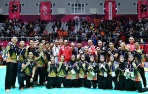 President Jokowi and the Chairman of IPSI Prabowo Subianto take picture with athletes of Pencak Silat at Pedepokan Taman Mini Indonesia Indah, Jakarta, Wednesday (29/8). (Photo by: Bureau of Press, Media, and Information of Presidential Secretariat).