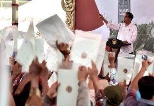 President Joko Widodo during the distribution of land certificates for residents of Grobogan Regency and its surrounding areas, on Saturday (15/9). (Photo: BPMI)