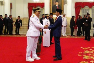President Jokowi congratulate newly-inaugurated West Nusa Tenggara Governor Zulkieflimansyah, at the State Palace, Jakarta, on Wednesday (19/8). (Photo: JAY/PR Division)
