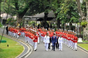 President Jokowi joins Zulkieflimansyah and Sitti Rohmi Djalilah in a parade before inauguration of West Nusa Tenggara Governor and Deputy Governor for 2018-2023 term, on Wednesday (19/9). (Photo: JAY/PR Division)