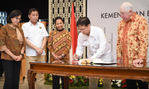 Minister of Finance Sri Mulyani witnesses the signing of divestment agreement of PT Freeport Indonesia, at the Ministry of Energy and Mineral Resources Office, Jakarta, Thursday (27/9).( Photo: Sri Mulyani Facebook account)