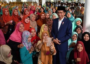 President Jokowi in a silaturahmi (amicable gathering) with ulema (Islamic scholars) and santri (students) of Amanatul Ummah Islamic Boarding School, in Mojokerto, East Java, Thursday (6/9). (Photo: BPMI)