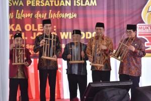 Presiden Jokowi didampingi sejumlah menteri dan pimpinan Persis memainkan angklung sebagai pembukaan Muktamar Himpunan Mahasiswa Persatuan Islam IX , di Cipayung, Jakarta, Selasa (25/9) siang. (Foto: JAY/Humas)