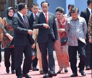 Presiden Jokowi didampingi Wapres dan Gubernur DKI Jakarta sebelum keberangkatan ke Seoul, Minggu (9/9). (Foto: BPMI).