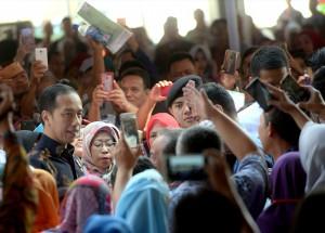 Presiden Jokowi disambut warga Bogor saat menghadiri acara Penyerahan 7.000 Sertifikat Untuk Warga, di Stadion Pakansari, Bogor, Jabar, Selasa (25/9) pagi. (Foto: Rahmat/Humas)