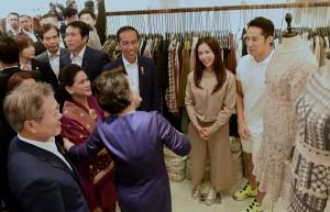 Presiden Jokowi didampingi Ibu Negara Iriana diajak blusukan Presiden Moon Jae-in, di Dongdaemun, Seoul, Korsel, Senin (10/9) malam. (Foto: Rahmat/Humas)