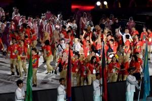 Para peserta dan relawan menyeramakkan suasana Closing Ceremony Asian Games 2018, di Stadion Utama GBK, Jakarta, Minggu (2/9) malam. (Foto: OJI/Humas)