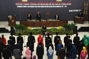 Minister of Home Affairs Tjahjo Kumolo and East Java Governor Soekarwo inaugurates 40 Malang Legislative Council Members, at the Malang DPRD Building on Monday (10/9). (Photo by: Ministry of Home Affairs).