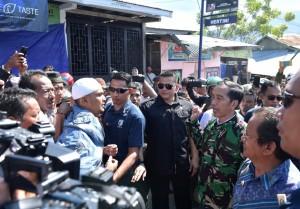 Presiden Jokowi mendengarkan keluhan warga saat meninjau rumah-rumah yang rusak akibat gempa bumi di Palu, Sulteng, Minggu (30/9) siang. (Foto: BPMI Setpres)