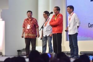 Presiden Jokowi tidak bisa menahan tawa saat berdialoh dengan alumni Kagama, di Cendrawasih Room, JCC, Jakarta, Sabtu (22/9) siang. (Foto: JAY/Humas)