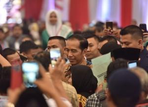 Presiden Jokowi menjawab wartawan usai menghadiri acara penyerahan sertifikat di ICE BSD, Tangsel, Banten, Rabu (26/9) siang. (Foto: Deny/Humas)