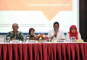 Ketua Tim Evaluator Kementerian PANRB Ananda Juarsa menyampaikan pengantar kegiatan, di Gedung III Kemensetneg, Jakarta, Kamis (20/9) pagi. (Foto: JAY/Humas)