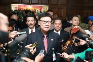 Home Affairs Minister Tjahjo Kumolo answers reporters' questions, in Jakarta, Saturday (8/9). (Photo by: Ministry of Home Affairs).
