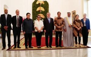 Presiden Jokowi berfoto bersama Ketua IOC dan OCA usai memberikan keterangan pers Istana Kepresidenan Bogor, Jawa Barat (1/9). (Foto: Humas/Nia).