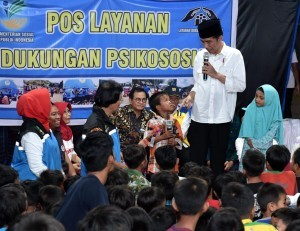 President Jokowi interacts with affected children at Gunung Sari Sub-district, West Lombok, Sunday (2/9). (Photo by: BPMI).