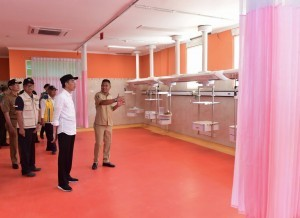 President Jokowi inspects the renovation process of Mataram Regional General Hospital (RSUD) building, NTB Province, on Monday (3/9). (Photo by: BPMI)