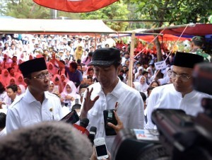 President Jokowi answers reporters' questions after inspecting one of the quake-affected schools in Mataram, West Nusa Tenggara Province, Monday (3/9). (Photo by: Bureau of Press, Media and Information).