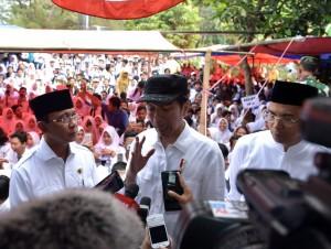 Presiden menjawab pertanyaan wartawan usai meninjau sekolah terdampak gempa di Kota Mataram, NTB, Senin (3/9). (Foto: BPMI)