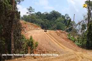 Parallel road borders in East Kalimantan. (Photo by: Ministry of Public Works and Public Housing).