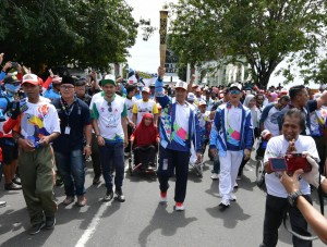 Minister of Youth and Sports takes part in the 2018 Asian Para Games Torch Relay on Sunday (9/9). (Photo: PR Kemenpora)