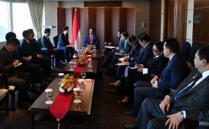 Presiden Jokowi didampingi sejumlah menteri menerima pimpinan perusahaan, di Hotel Lotte, Seoul, Korsel, Senin (10/9) pagi. (Foto: BPMI)