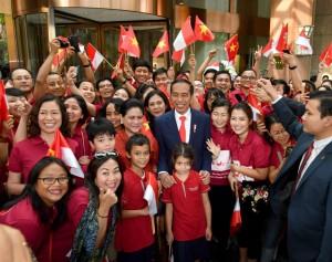 Presiden Jokowi dan Ibu Negara Iriana disambut antusias saat tiba di Hanoi, Vietnam, Selasa (11/9). (Foto: BPMI)