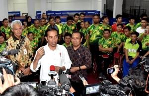 Presiden Jokowi menjawab pertanyaan usai meninjau pelatnas Asian Para Games di Hartono Trade Center, Kabupaten Sukoharjo, Jawa Tengah, Sabtu (15/9). (Foto: BPMI)