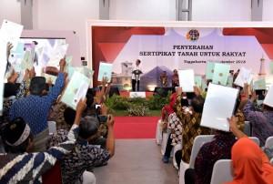 Presiden Jokowi saat menyerahkan sertifikat di Jogja Expo Center (JEC), Bantul, Yogyakarta, Jumat (28/9). (Foto: BPMI)
