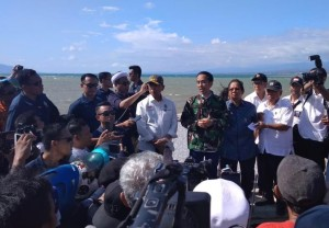Presiden Jokowi meninjau daerah yang terkena gempa dan tsunami di Palu, Sulteng, Minggu (30/9). (Foto: IST).