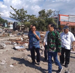 Presiden Jokowi saat meninjau daerah yang terdampak bencana gempa bumi dan tsunami di Palu, Sulteng, Minggu (30/9). (Foto: IST).