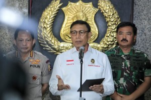 Coordinating Minister for Political, Legal, and Security Affairs Wiranto Accompanied by Indonesian Military Commander and National Police Chief making a press statement at Police Headquarters, Jakarta, Monday (9/24) (photo: Public Relations of Coordinating Ministry for Political, Legal, and Security Affairs)