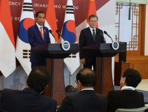 President Jokowi on a joint press conference with South Korean President Moon Jae-in, at Blue House Presidential Palace, Seoul, South Korea, Monday (10/9). (Photo by: Rahmat/Public Relations).