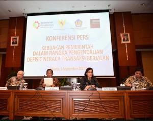 Menkeu Sri Mulyani didampingi Menko Perekonomian, Mendag, dan Menperin mengumumkan langkah-langkah atasi defisit transaksi berjalan, di Gedung Kemenkeu, Jakarta, Rabu (5/9) sore. (Foto: Facebook Sri M)