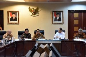 Mendikbud Muhadjir Effendy mendampingi KSP Moeldoko pada konperensi pers di Bina Graha, Jakarta, Jumat (21/9) sore. (Foto: JAY/Humas)