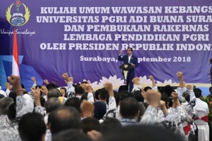 Presiden Jokowi menyampaikan kuliah umum di hadapan civitas akademika Universitas PGRI Adi Buana (UNIPA), Surabaya, Kamis (6/9) siang. (Foto: BPMI Setpres)