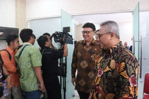 Mendagri Tjahjo Kumolo berjalan bersama Ketua KPU Arief Budiman usai mengikuti Rakorsus di kantor Kemenko Polhukam, Jakarta, Selasa (4/9) siang. (Foto: Puspen Kemendagri)