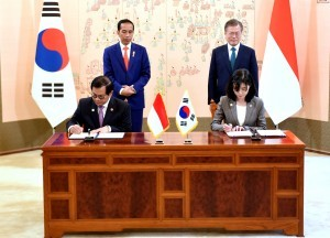 Cabinet Secretary Pramono Anung signs MoU in front of President Jokowi and President Moon Jae-in, at Blue House, Seoul Presidential Palace, Monday (10/9). (Photo: Rahmat/PR)