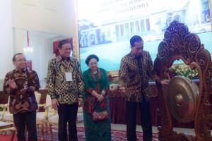 Presiden Jokowi memukul gong tanda dimulainya Munas I Himabudhi 2018, di Istana Negara, Jakarta, Selasa (18/9) siang. (Foto: OJI/Humas)