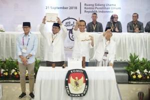 Pasangan Calon Presiden dan Calon Wakil Presiden 2019 mengangkat nomor urut masing-masing dalam Pemilu Presiden 2019 setelah undian, di Gedung KPU, Jakarta, Jumat (21/9) malam. (Foto: IST)