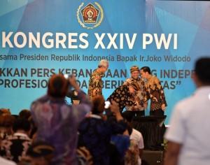 Presiden Jokowi menyambut salam Ketua PWI Margiono, dalam pembukaan Kongres XXIV PWI, di The Sunan Hotel, Solo, Jateng, Jumat (28/9) siang. (Foto: Setpres)