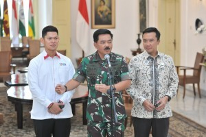 Commander of Indonesian National Defense Forces (TNI) Marshal Hadi Tjahjanto accompanied by Minister of Youth and Sports and Chairman of INAPGOC give press statement at Bogor Presidential Palace, West Java Province, Friday (7/9) (Photo: Jay/PR)